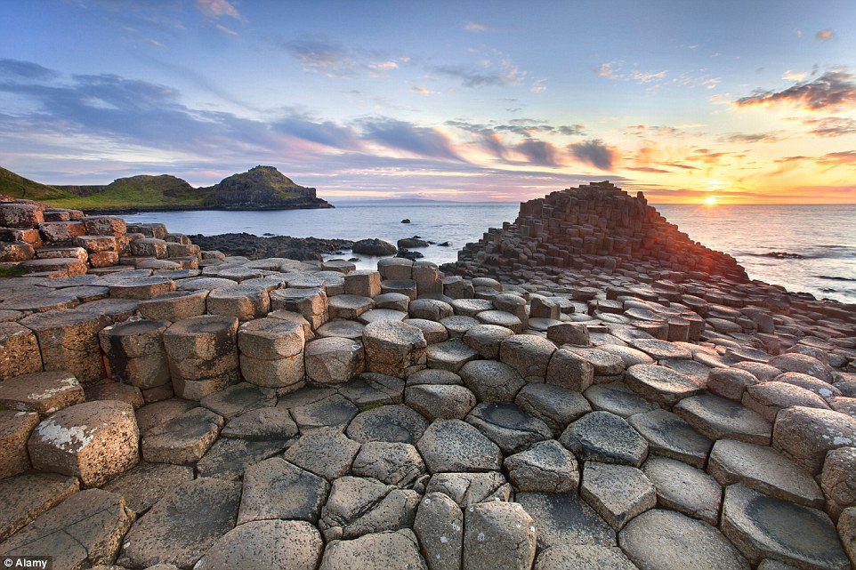 strangest-beaches-venuerific-blog-giants-causeway-ireland-giant-rocks
