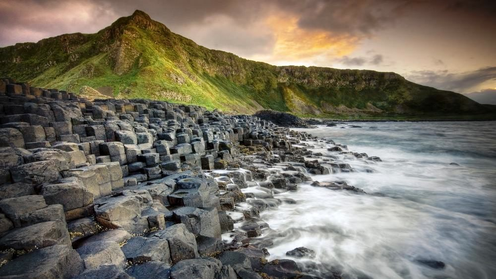 strangest-beaches-venuerific-blog-giants-causeway-ireland-