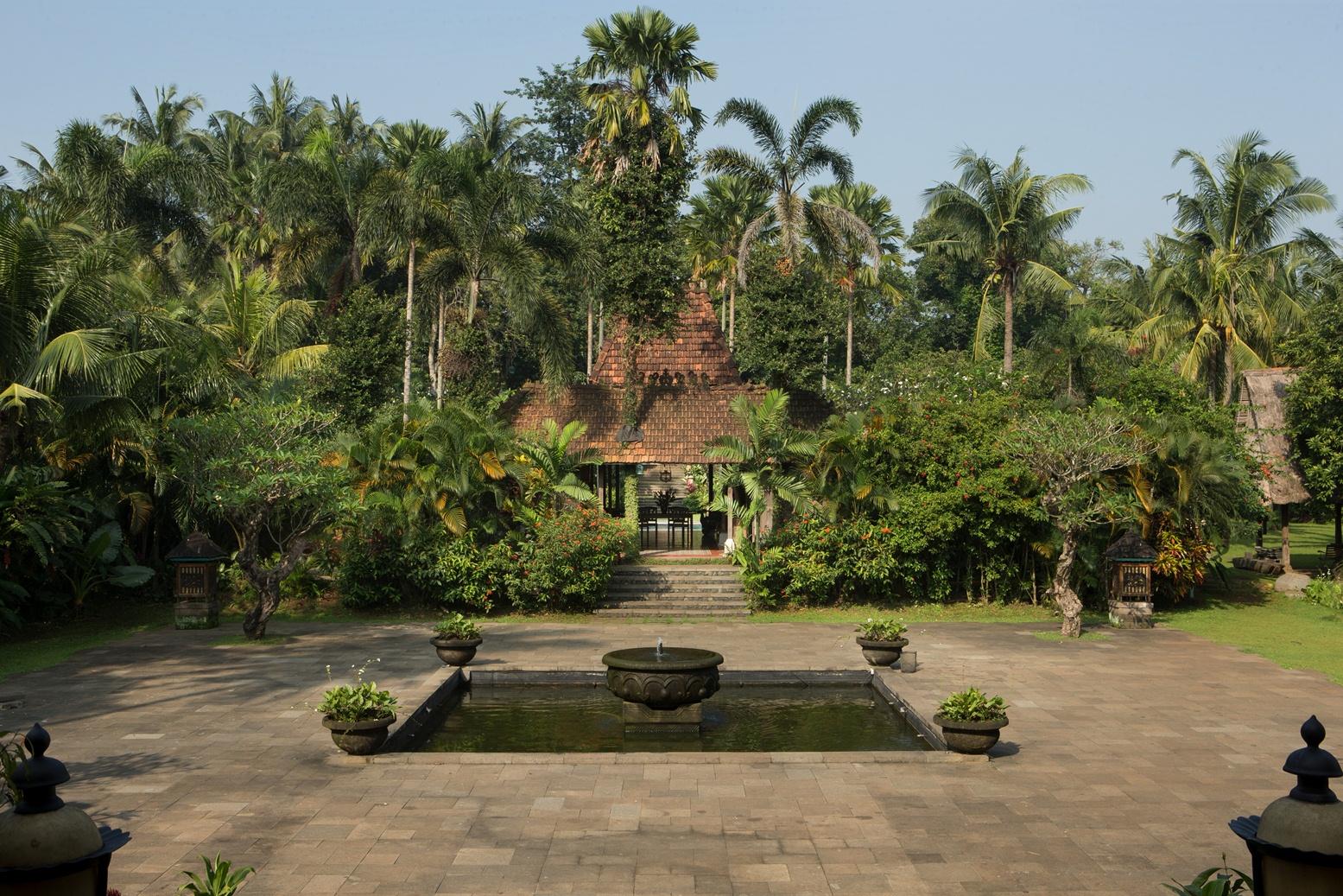 wedding-venue-jakarta-venuerific-blog-Plataran-Cilandak-fountain