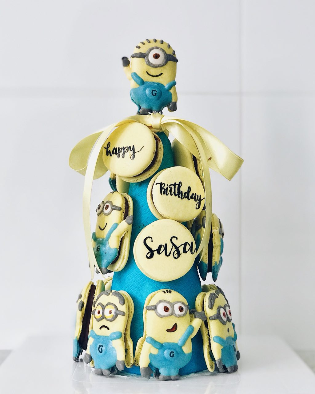 Kids-birthday-venuerific-blog-minions-party-themed-macaroons