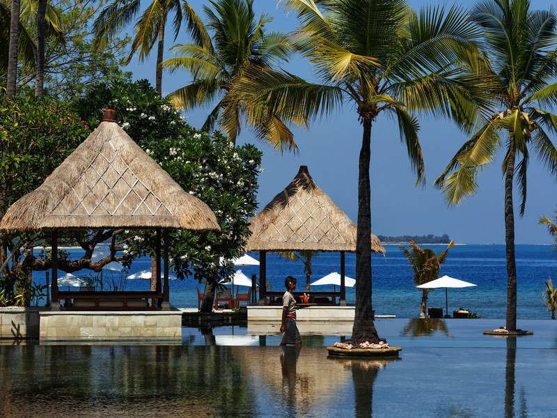 team-bonding-venuerific-blog-lombok-indonesia-lounge-along-canopy