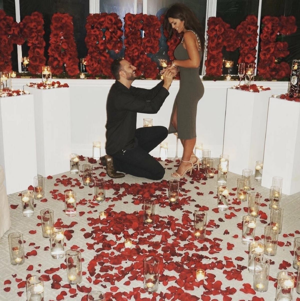 indoors-surprise-proposal-kneeling