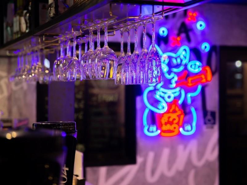 21st-birthday-party-venue-event-space-venuerific-Fomo-bar-neon-sign