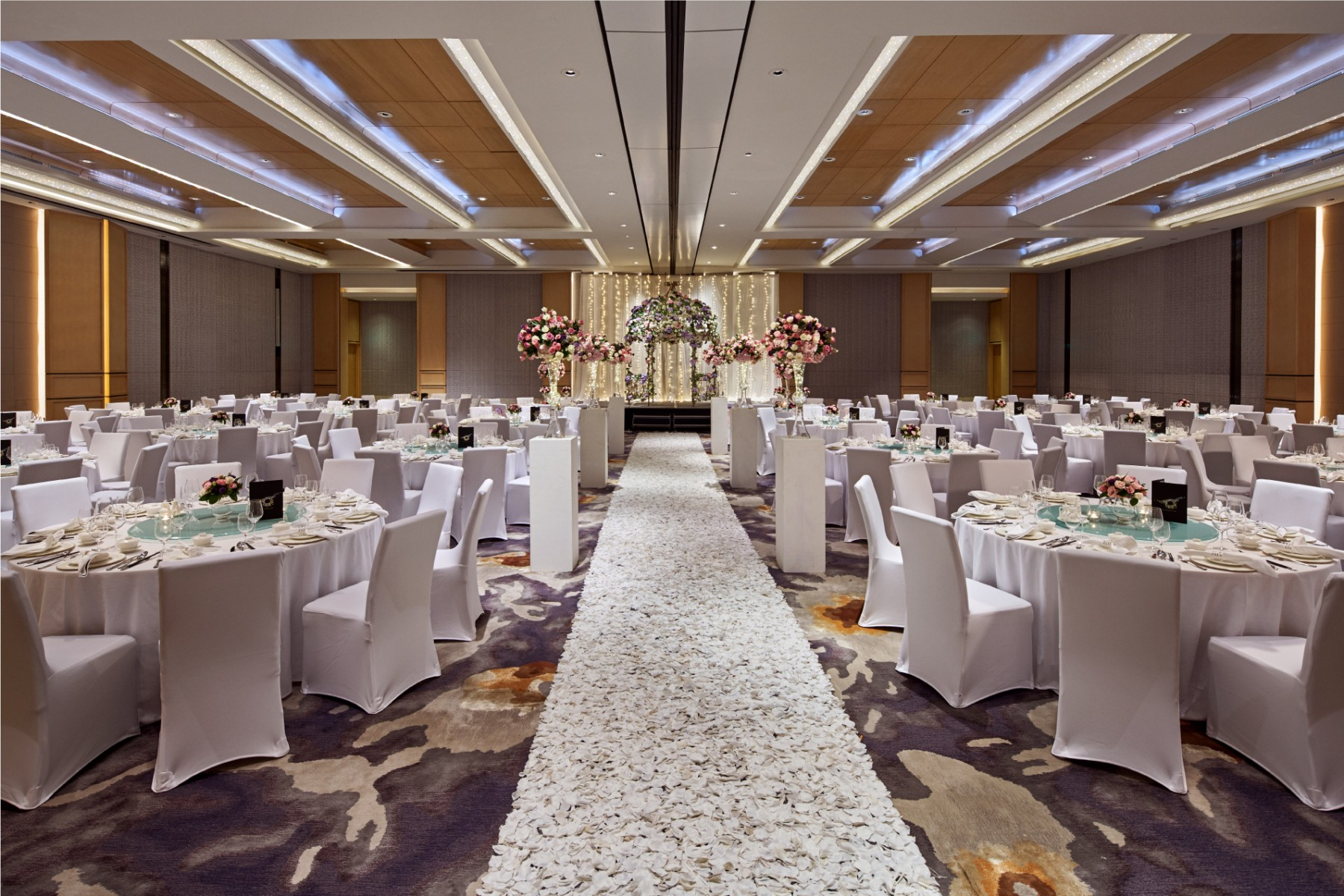 high ceiling and pillarless ballroom for wedding reception