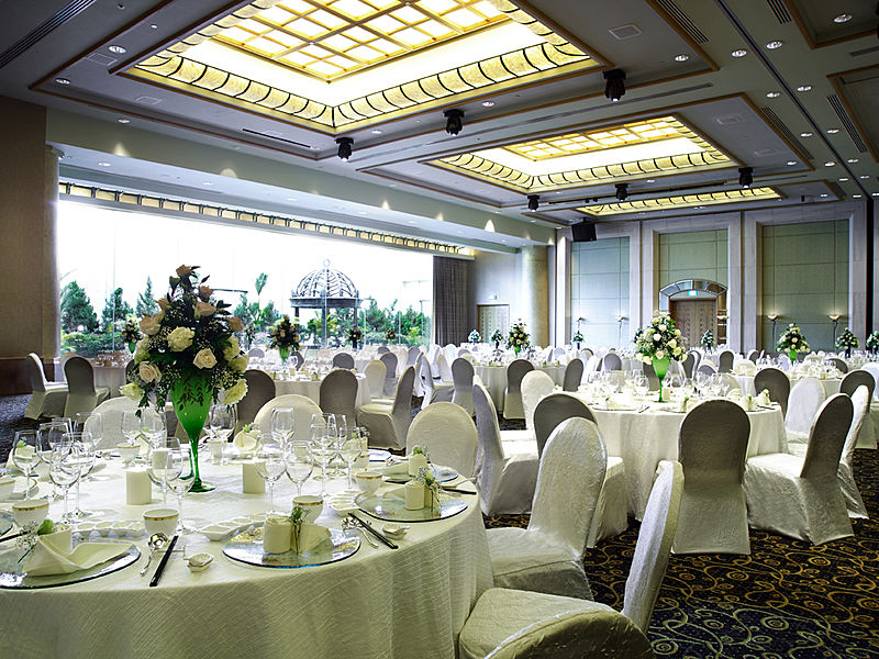 big ballroom with high celling and natural light